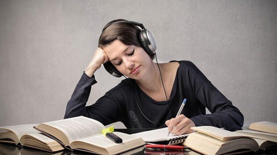 ¡No te engañes; estudiar con música NO compensa!