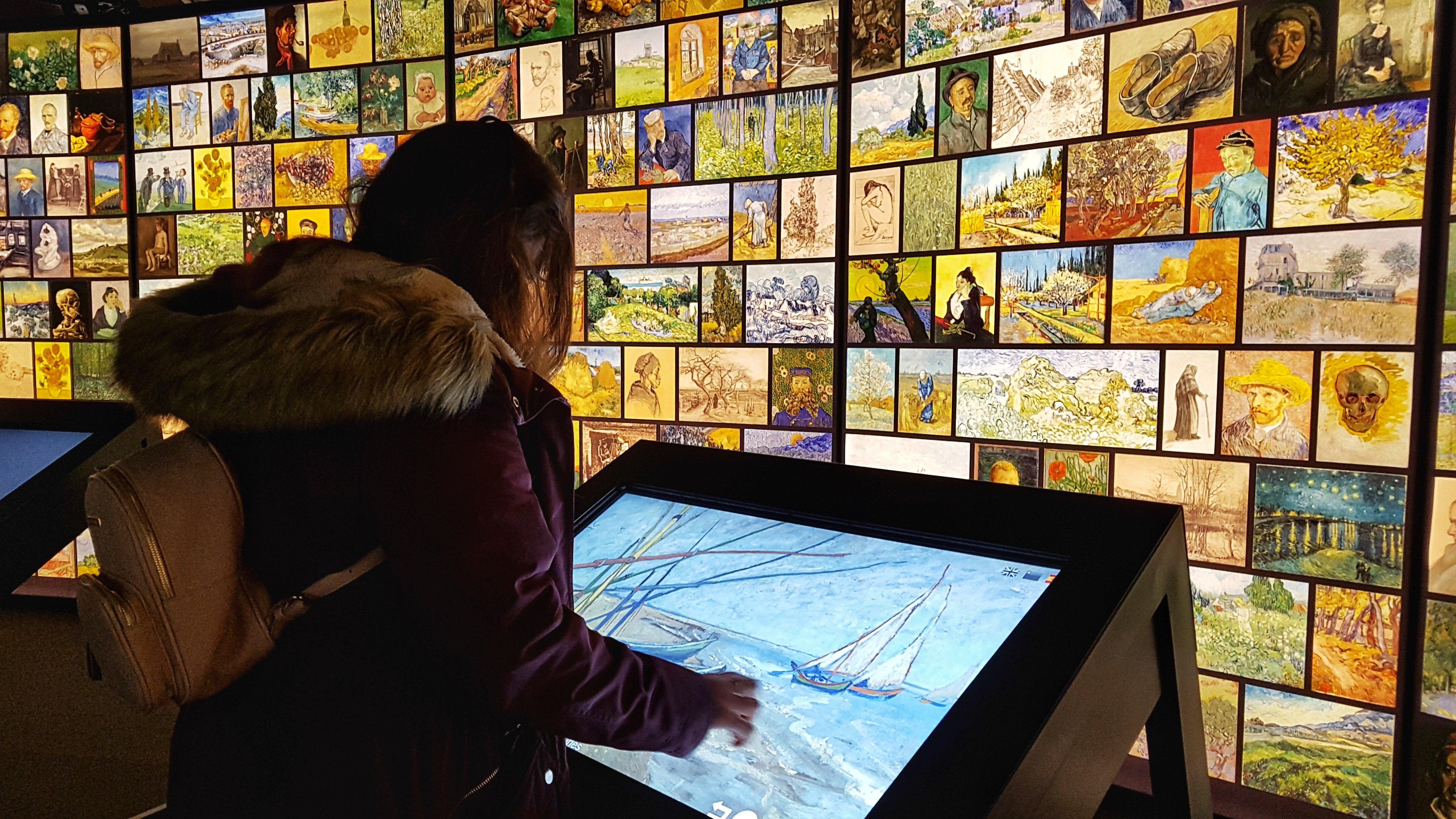 Meet Vincent Van Gogh - Visitante usando una de las pantallas interactivas de la exposición