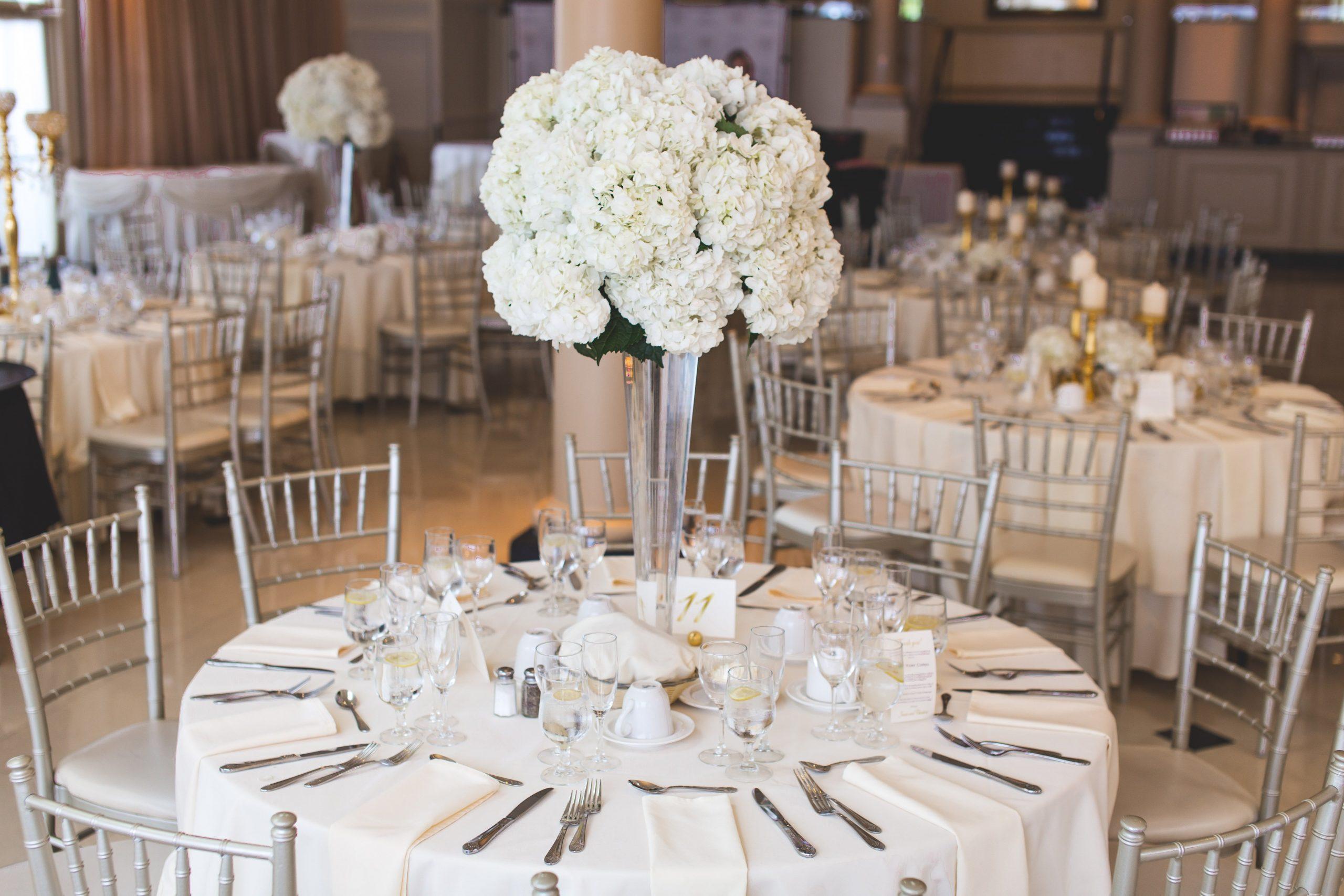 una mesa con los cubiertos y flores de decoración
