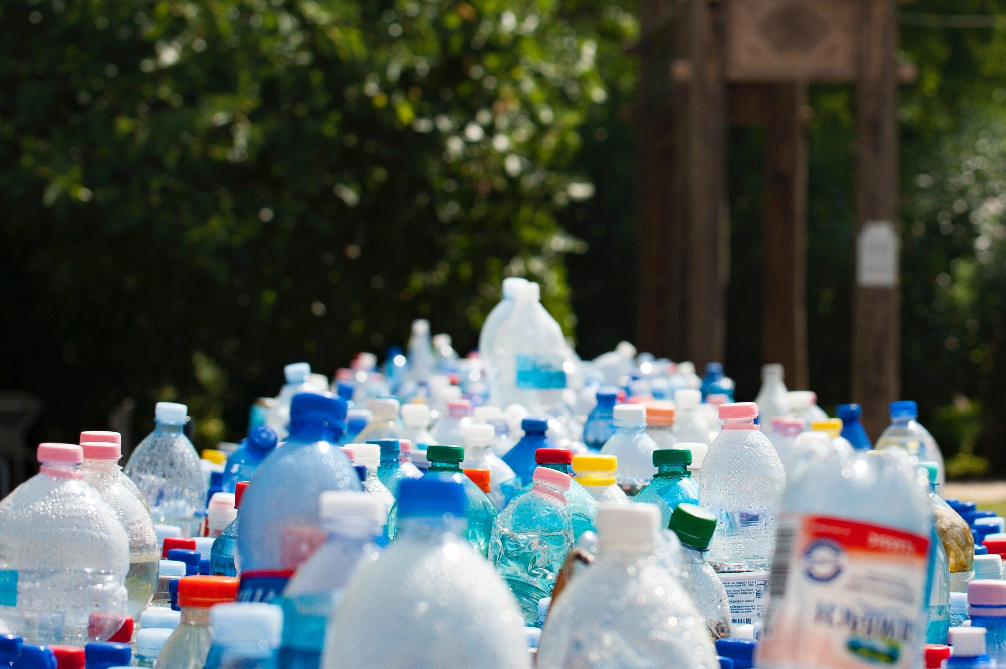 Grupo de botellas de plástico