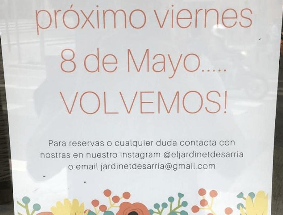 Cartel de apertura en el escaparate de la floristería 'El Jardinet de Sarrià' (Barcelona) // AulaNews