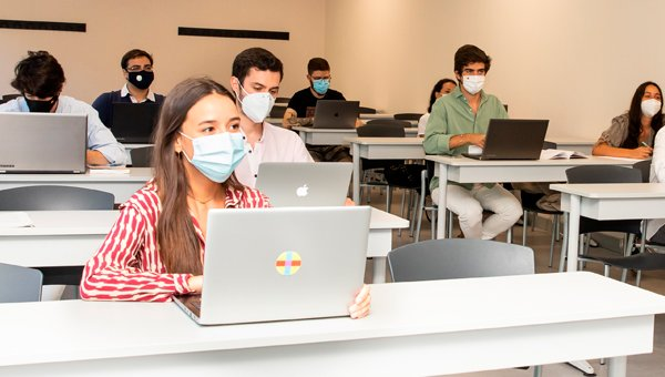 Image of UAO CEU students in class during the Covid-19 pandemic