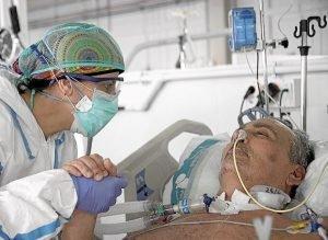 Una enfermera atiende en la UCI a un paciente ingresado por Covid-19