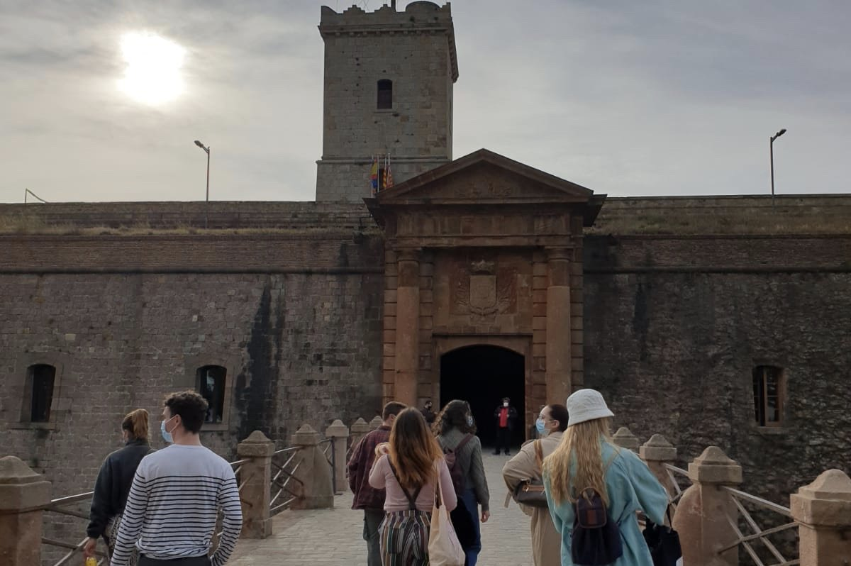 A group of erasmus students walk towards the Monjuic Castle
