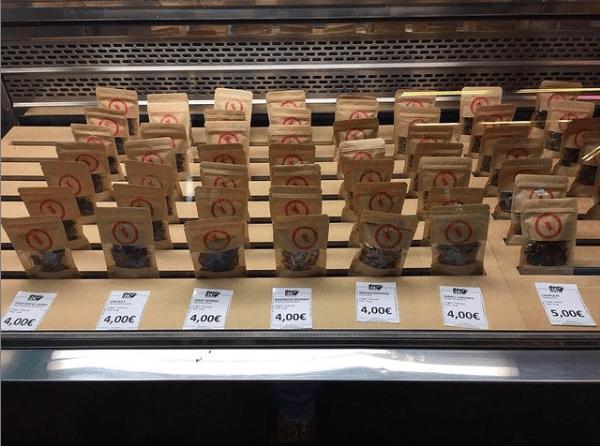 Tienda de insectos comestibles en el mercado de la Boquería