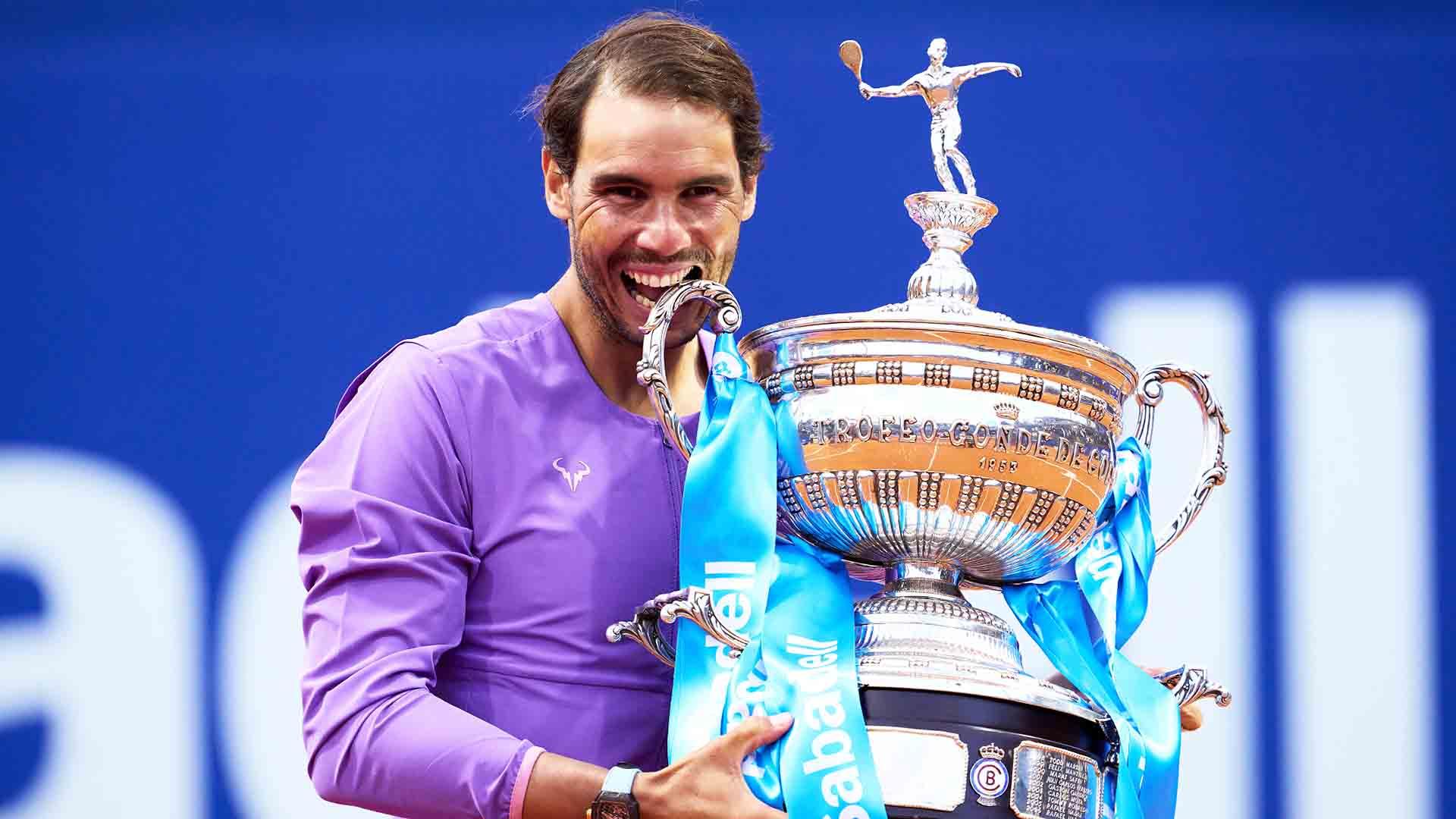 Rafael Nadal y con el trofeo del torneo de Barcelona