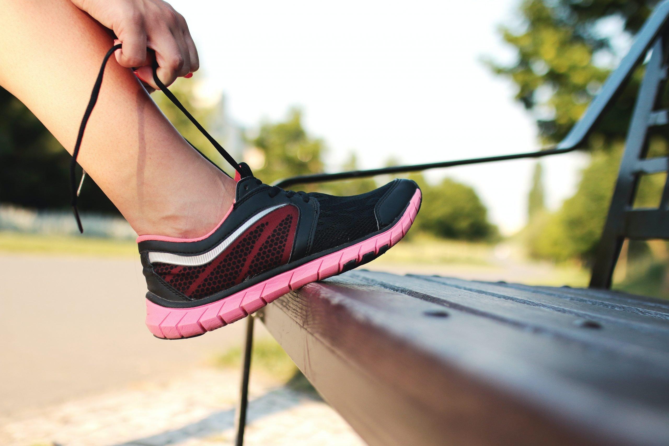 Imagen de una persona atándose una zapatilla de deporte