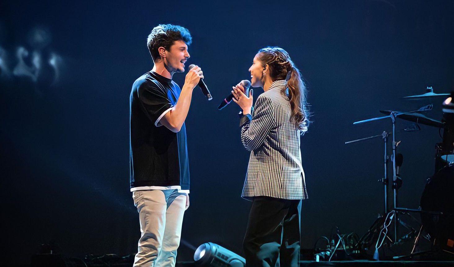 """Imagen de Sara Roy y Miki Núñez interpretando """"Tot és més fàcil"""" en el escenario de los Premios RAC105"""